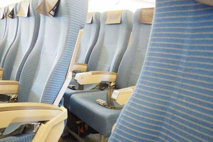 飛行機内に持っていくべきおすすめ便利グッズ20選と過ごしやすい楽な服装!エコノミークラスでも快適に!