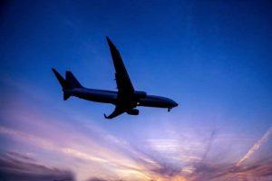 天候が荒れて飛べない!?飛行機が欠航した場合の航空会社の対応と取るべき行動とは